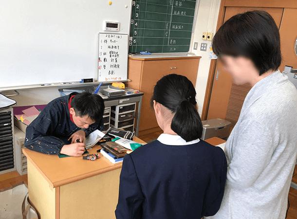 母校、新居浜西中学校で版画教室が始まりました。