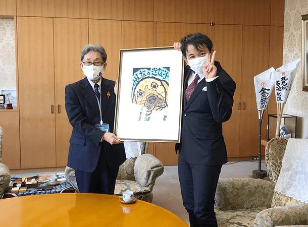 丸亀市役所で版画の贈呈式がありました。